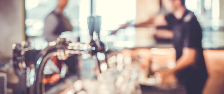Barkeeper und Gast an einer Bar